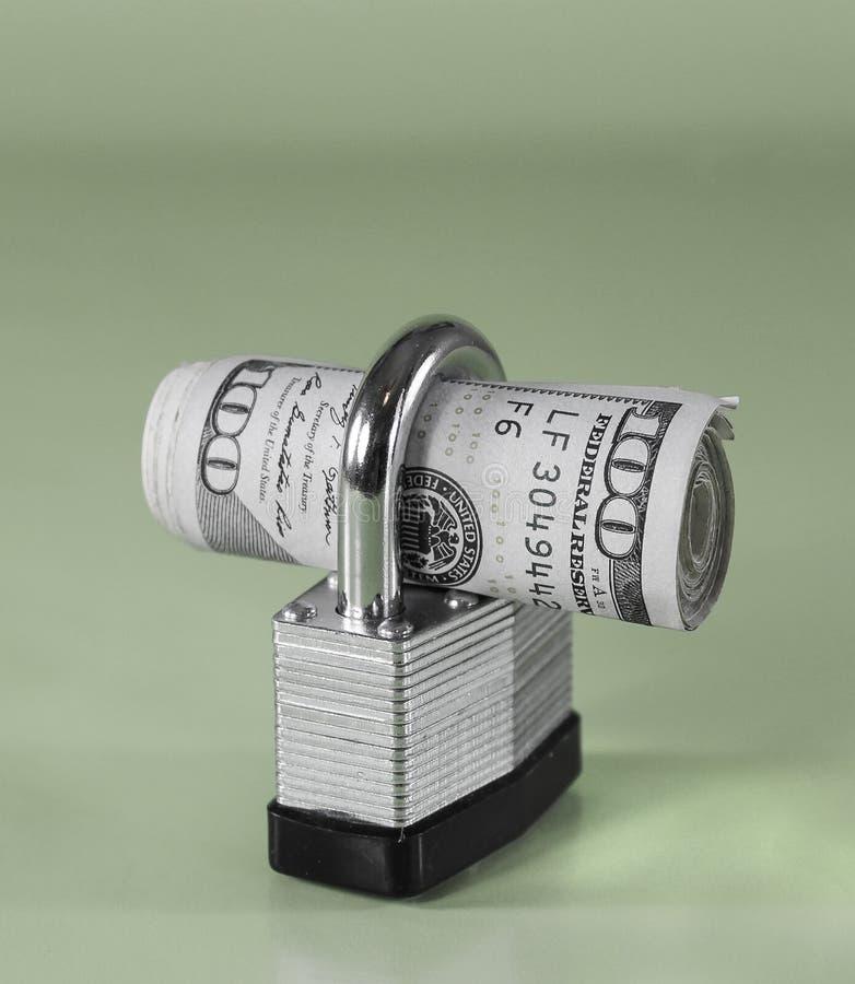 Rolka $100 rachunków w kłódce (zielony tło) obrazy stock