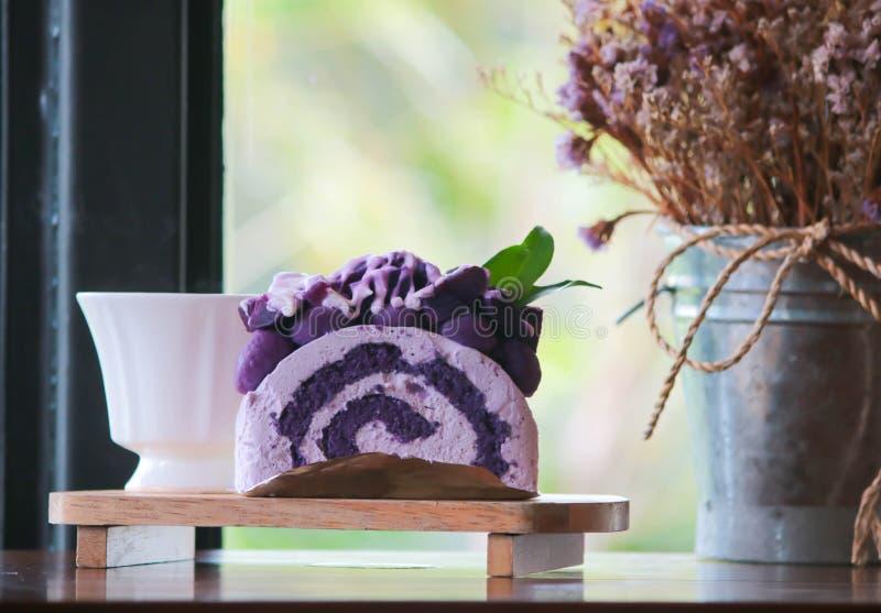 Rolka tort z japońskim fiołkowym taro obrazy royalty free