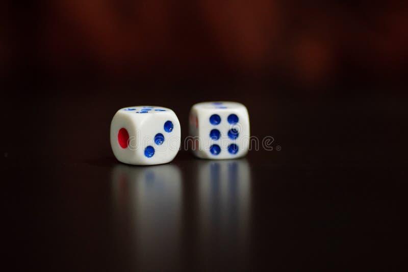 Rolka w kostkach do gry dla szczęścia fotografia stock