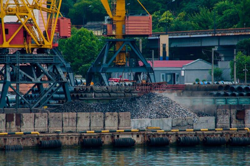 Rolkabels en grijze stenen bij de haven stock fotografie