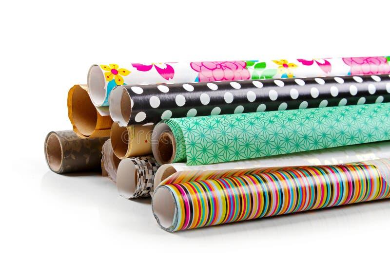Rolki kolorowy opakunkowy papier odizolowywający na bielu obrazy stock