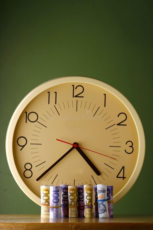 Rolki papierowy pieniądze analogowy zegar fotografia royalty free