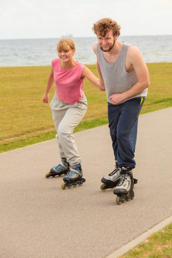 Rolkowy łyżwiarki pary jeździć na łyżwach plenerowy fotografia stock