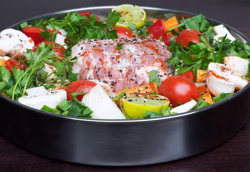 Rollè con carne con le verdure e le spezie fotografia stock