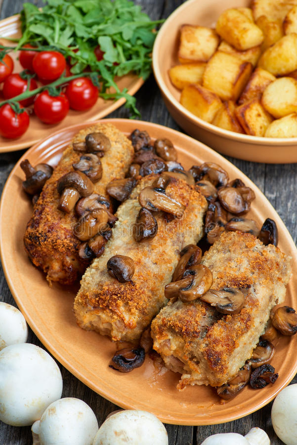Rollè di carne di maiale con i funghi e le patate arrostiti fotografie stock