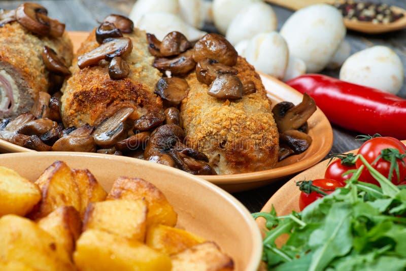 Rollè di carne di maiale con i funghi e le patate arrostiti fotografia stock libera da diritti