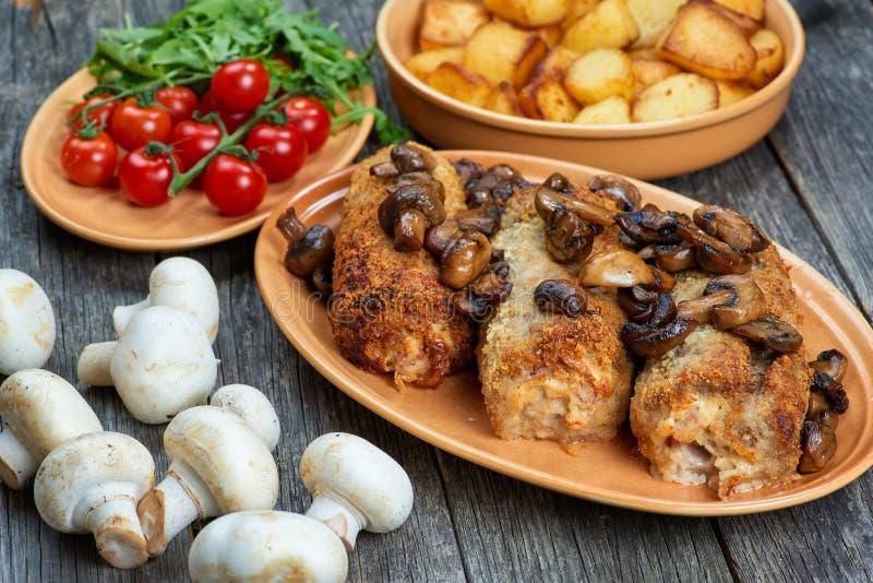 Rollè di carne di maiale con i funghi e le patate arrostiti immagini stock libere da diritti