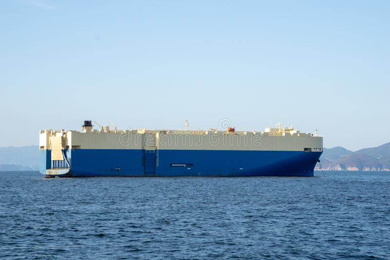 Roll-on/do rolo-fora navios RORO ou ro ou âncora de alto mar do navio do portador do veículo no mar aberto imagens de stock royalty free