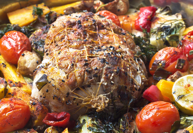 Rollade met vlees met groenten en kruiden stock foto