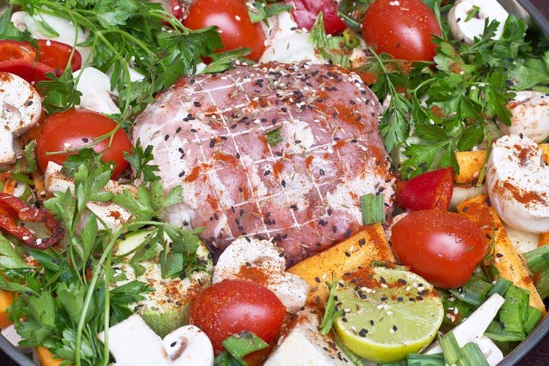 Rollade met vlees met groenten en kruiden stock afbeelding