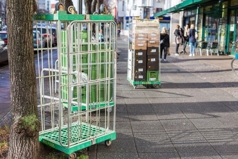 Rollbehälter auf Straße lizenzfreies stockfoto