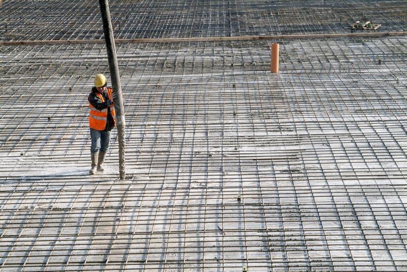 Rollbesättning för betong för konstruktionsplats på förstärkningsstång av industr royaltyfria foton