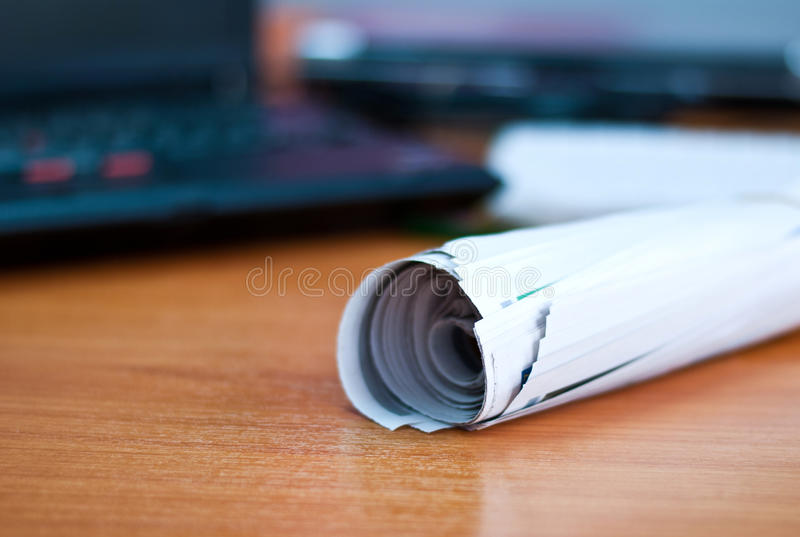 Rolle der Zeitung auf Arbeitsbereich stockfotografie
