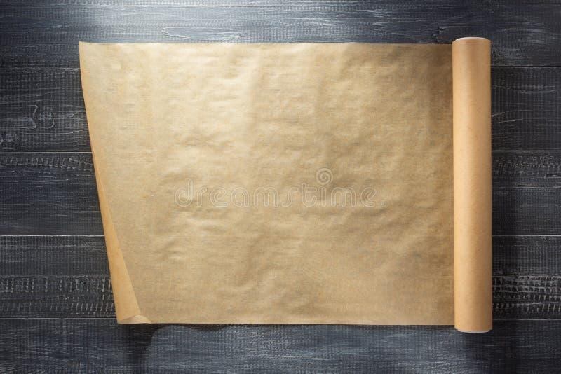 Rolle des braunen Papiers am Holz stockfoto