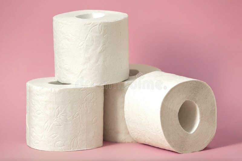 Rolle des weißen Toilettenpapiers auf farbigem Hintergrund stockfoto