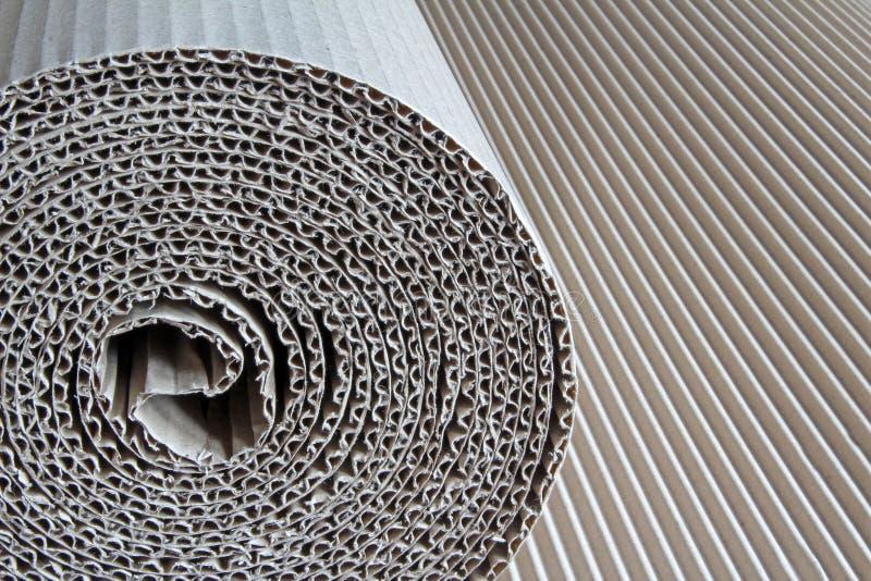 Rolle des Wellpappenpapiers stockbild