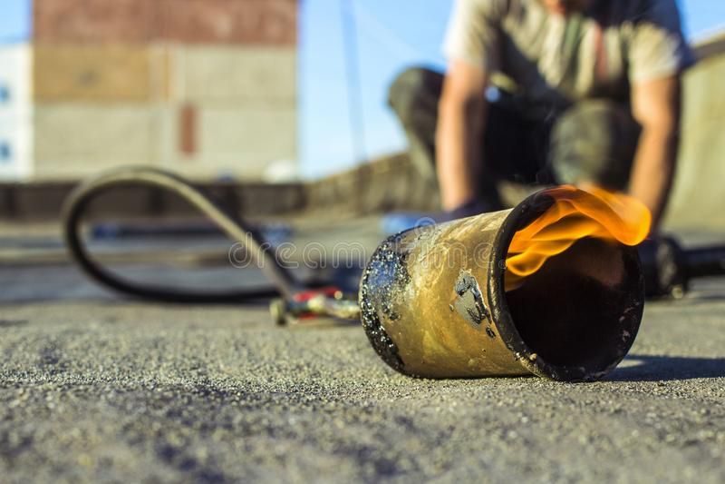 Rolle, die Installation mit Propanlötlampe während der Bauarbeiten überdacht lizenzfreies stockfoto