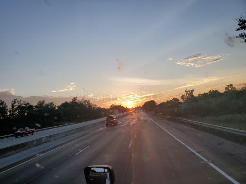 Rolle durch Sonnensatz stockfotos