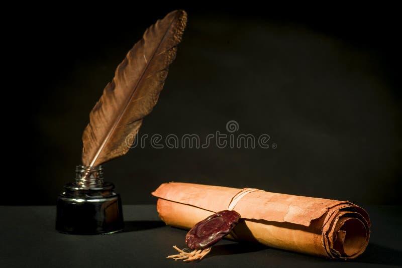 Rolle eines Papyrusses mit einer Dichtung, einer Feder und einem Tintenfaß lizenzfreie stockfotos