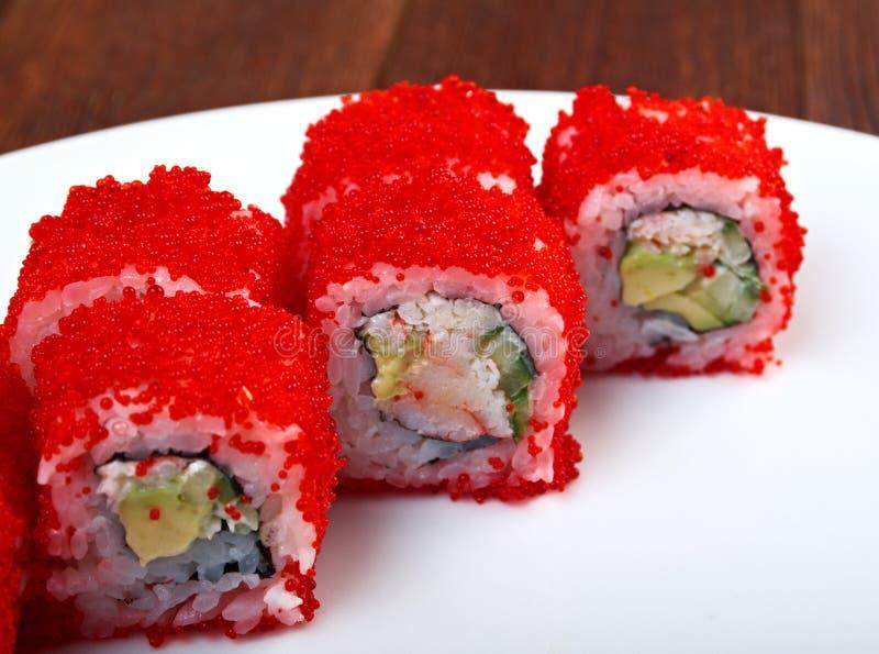 Rolle gemacht mit rotem Kaviar lizenzfreie stockfotografie
