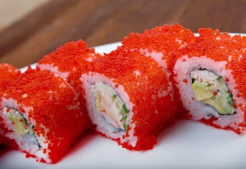 Rolle gemacht mit rotem Kaviar stockbilder