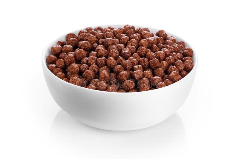 Rollen Sie mit den Schokoladenmaisbällen, die auf weißem Hintergrund lokalisiert werden stockfoto
