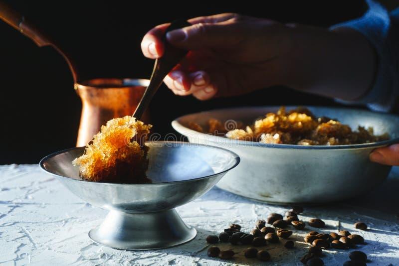 Rollen Sie mit einem kalten Kaffeenachtisch, einem Teller zum Nachtisch und einer Nahaufnahme des Kornes auf dem Tisch Sizilianis stockbilder