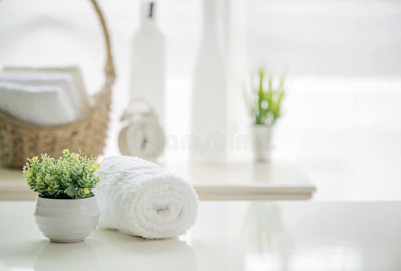 Rollen Sie oben von den weißen Tüchern auf weißer Tabelle mit Kopienraum auf blurre stockfoto