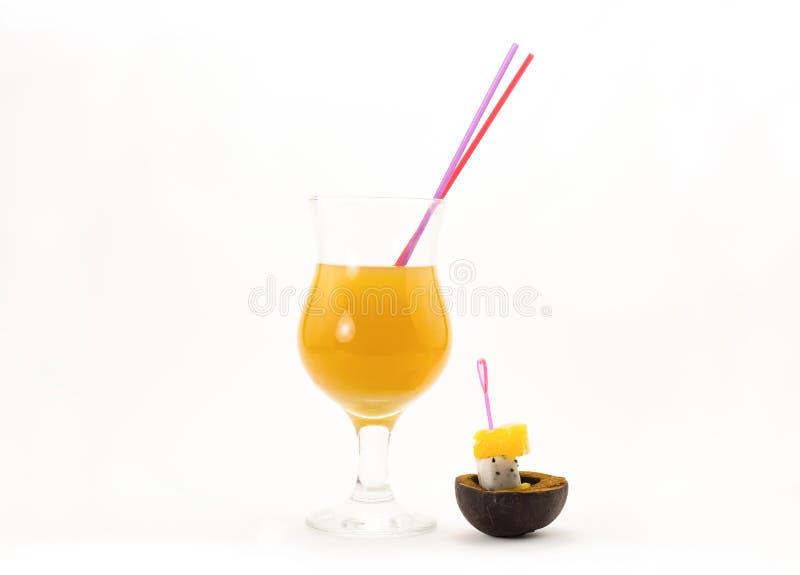 Rollen sonniges Cocktailrohr der Leuchtorange und exotische Frucht zwei und gelbe Melone auf Aufsteckspindeln pitah eco lizenzfreie stockbilder