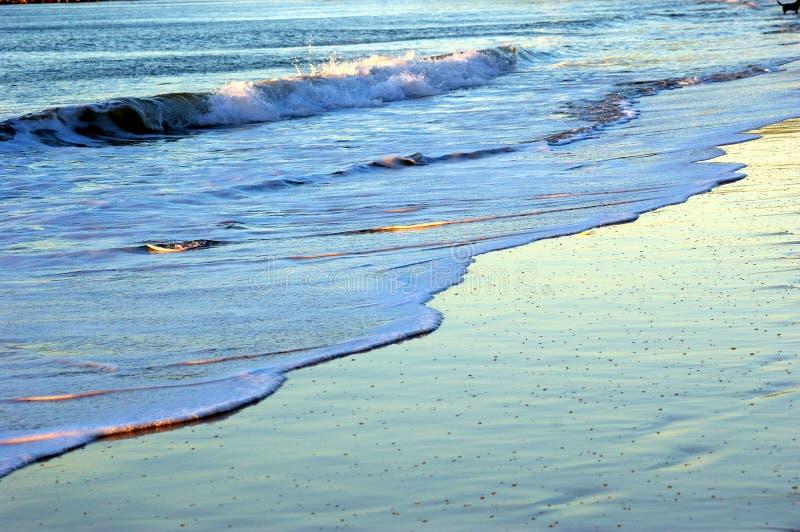 Rollen-Wellen am Strand stockbild