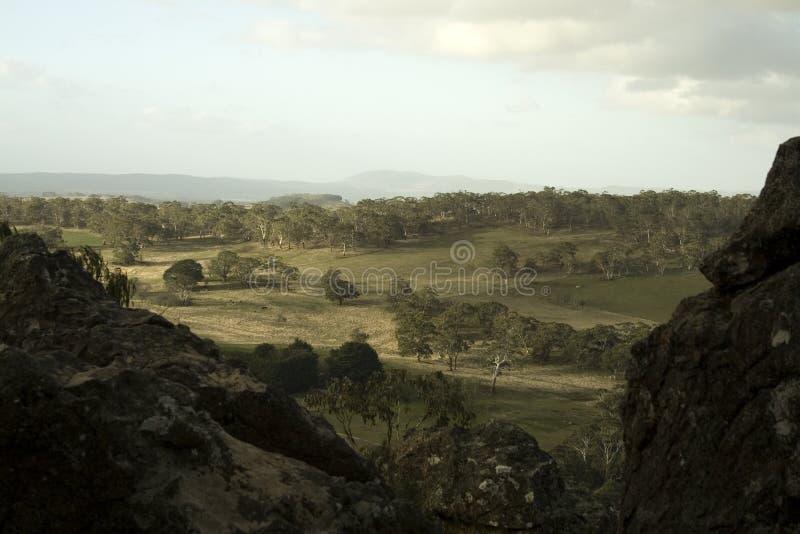 Rollende australische Hügel, wie von hängendem Felsen, Victoria gesehen stockfoto