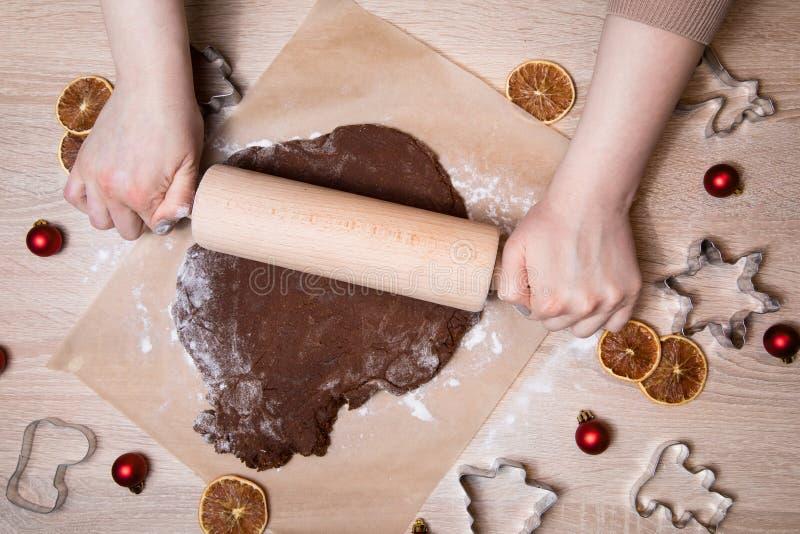 Rollender Teig, backende Lebkuchenmänner, Weihnachten-gingerbr machend stockfoto