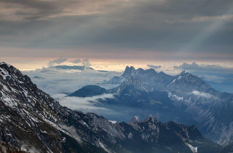 Rollennebel und Sonnenstrahlen an der Dämmerung, Berge Karawanken Karavanke lizenzfreies stockfoto