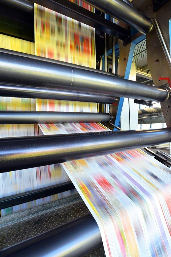 Rollenoffsetdruckmaschine in einem Großdruckshop für Produktion O lizenzfreie stockfotografie