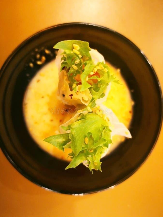 Rollensalat ist- ein Fusionslebensmittel Das Gemüse wird mit Lar eingewickelt lizenzfreies stockbild