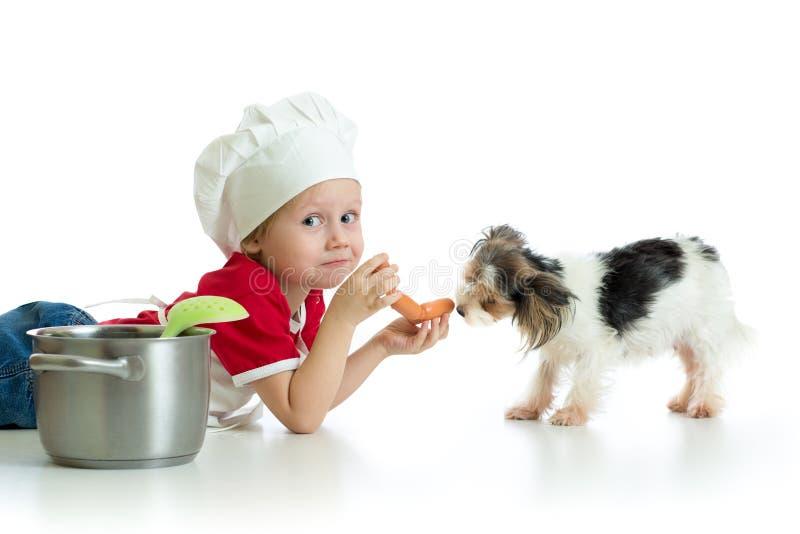Rollenspiel Kinderjunge, der Chef mit Hund spielt lizenzfreie stockfotos