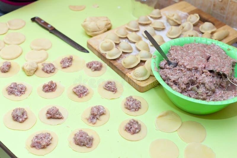 Download Rollenstift, Teig Und Rohes Pelmeni Stockfoto - Bild von rindfleisch, kalorien: 26351202