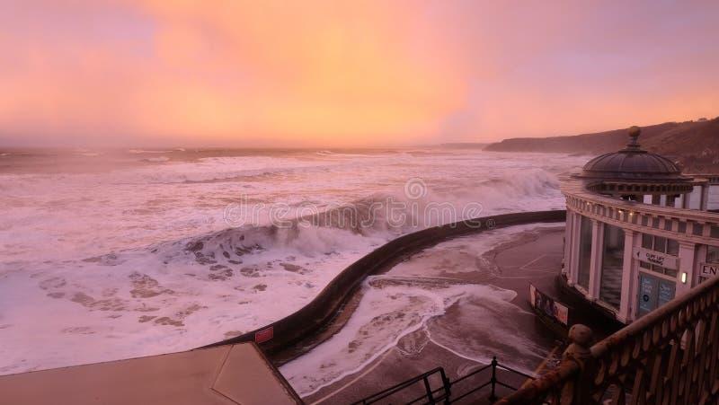 Rollensturm Wellen, die das Ufer schlagen lizenzfreie stockbilder