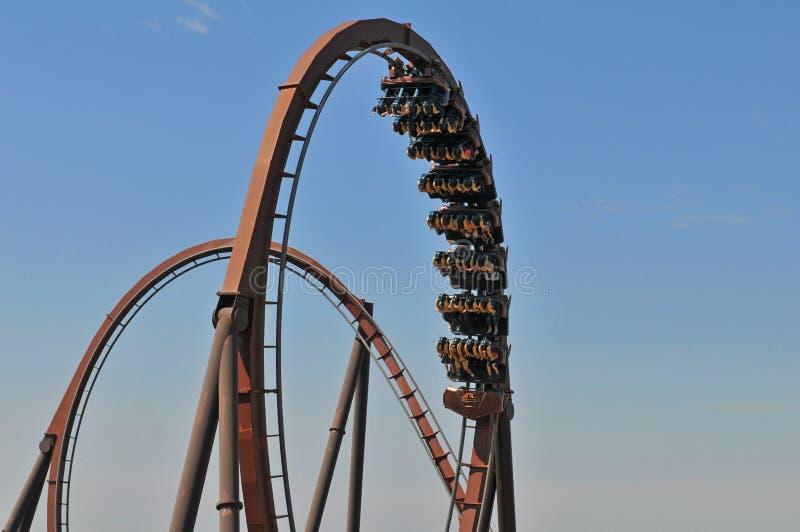 Roller coaster con i cicli fotografie stock libere da diritti