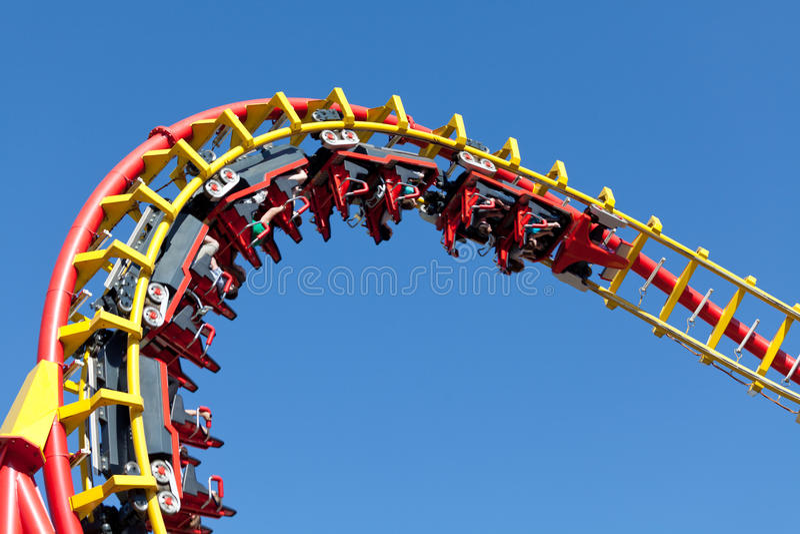 Roller coaster contro cielo blu immagine stock