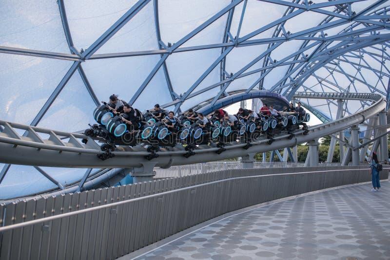 Roller coaster da corrida do poder de TRON Lightcycle no recurso do parque de Shanghai Disneylândia em China imagem de stock royalty free