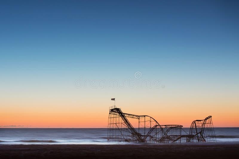 Roller coaster de Jet Star caido en el océano después del huracán Sandy imagenes de archivo