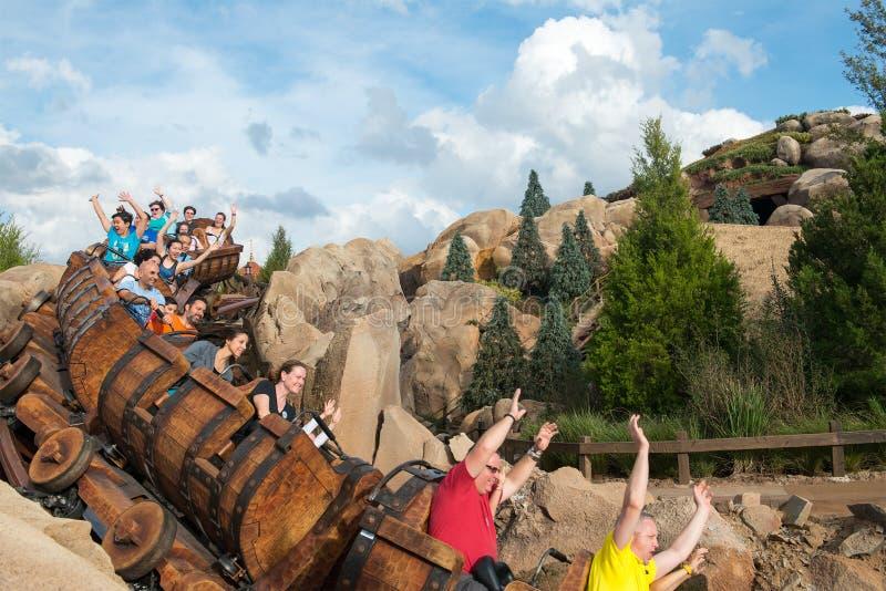 Roller coaster de los enanos del mundo siete de Disney fotos de archivo
