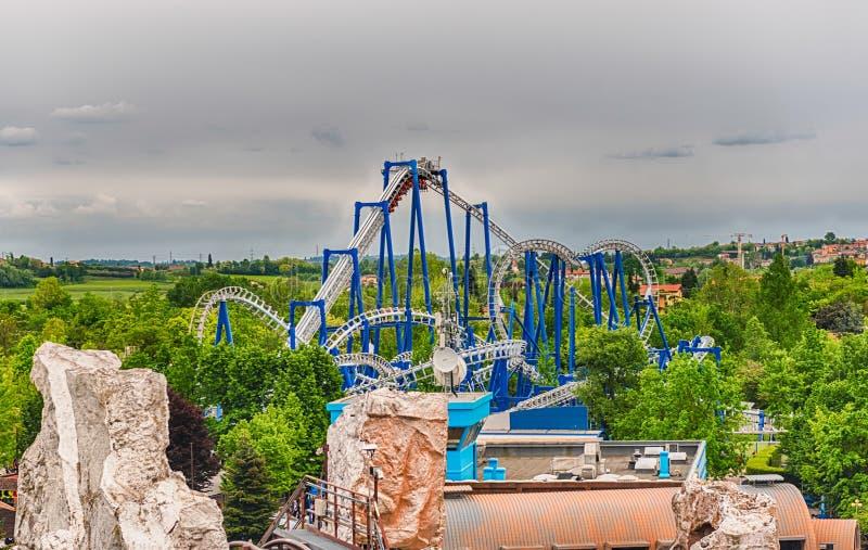 Roller coaster dentro do parque de diversões de Gardaland, perto do lago Garda, foto de stock