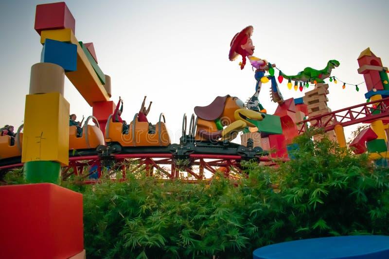 Roller coaster furtivo do traço do cão na terra de Toystory em estúdios de Hollywood em Walt Disney World 3 foto de stock royalty free