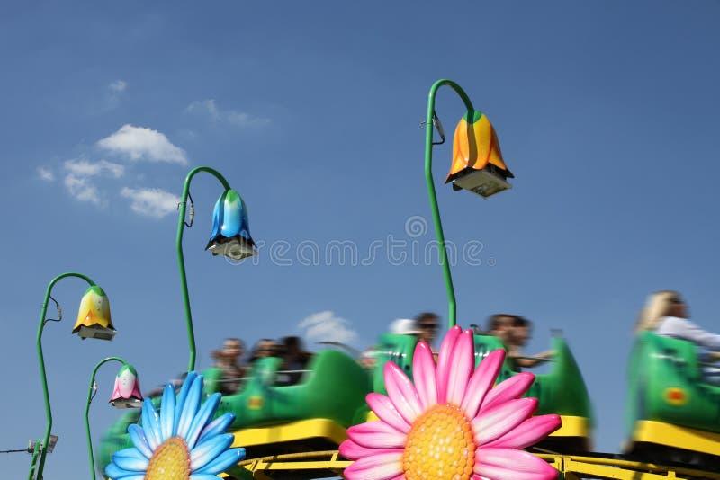 Roller coaster para los niños en un parque de atracciones imagenes de archivo