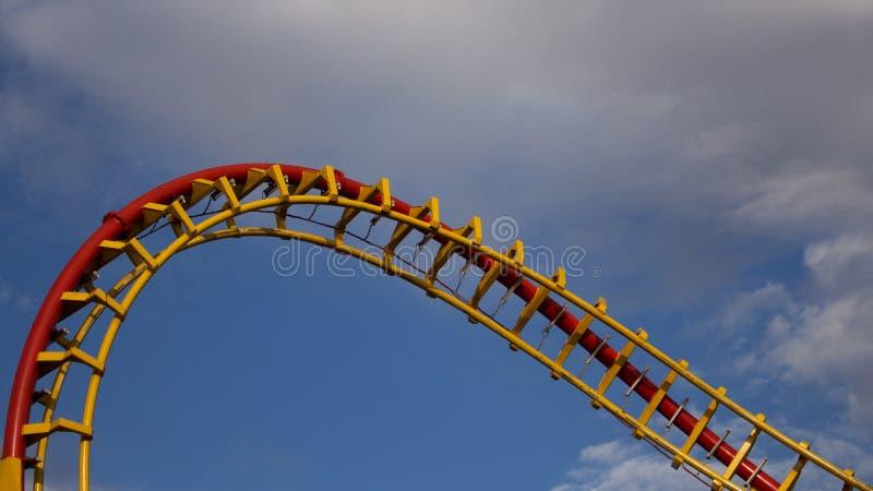 Roller Coaster Ride in Amusement Park Entertainment en avontuur stock foto