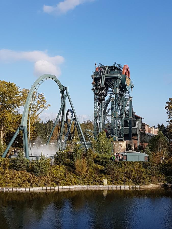Roller coaster rodeado por el agua imagen de archivo libre de regalías