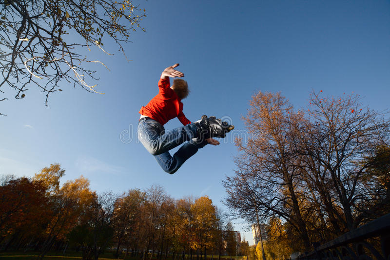 Roller-skater de salto imagens de stock royalty free