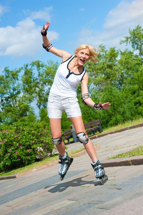 Roller-skating de la muchacha en el parque imagen de archivo libre de regalías